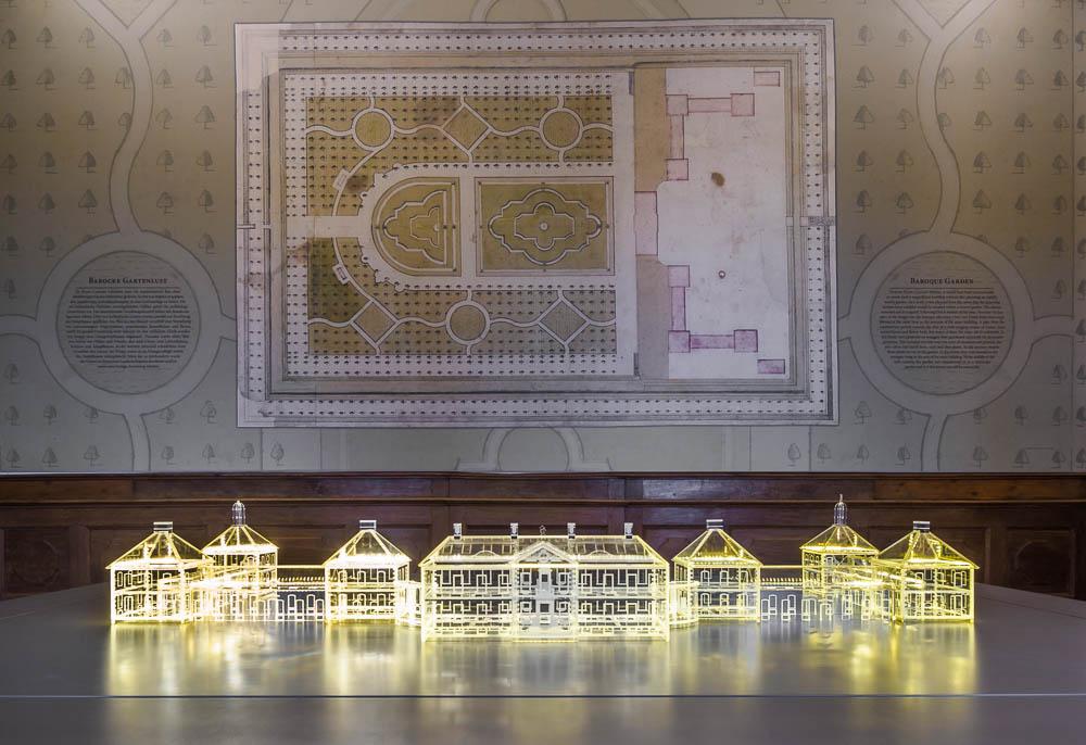 Model von Schloss Bothmer vor historischer Skizze
