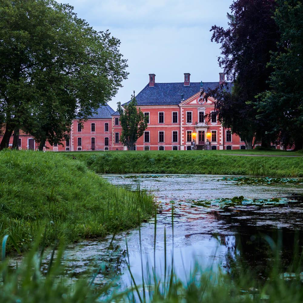 Schloss Bothmer in der Blauen Stunde vom Garten aus gesehen