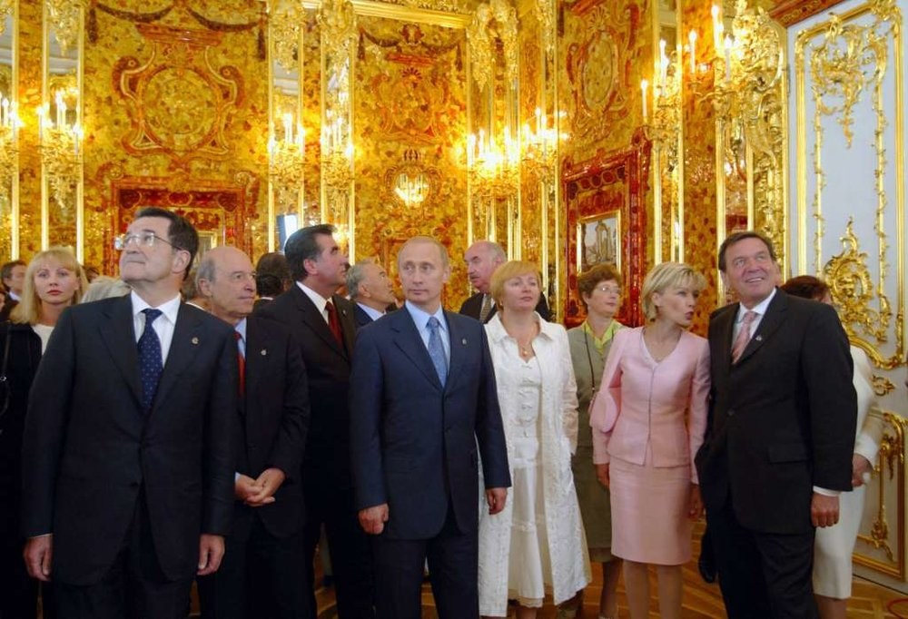 Vladimir Putin and others celebrate the opening of the reconstructed Amber Room, 2003