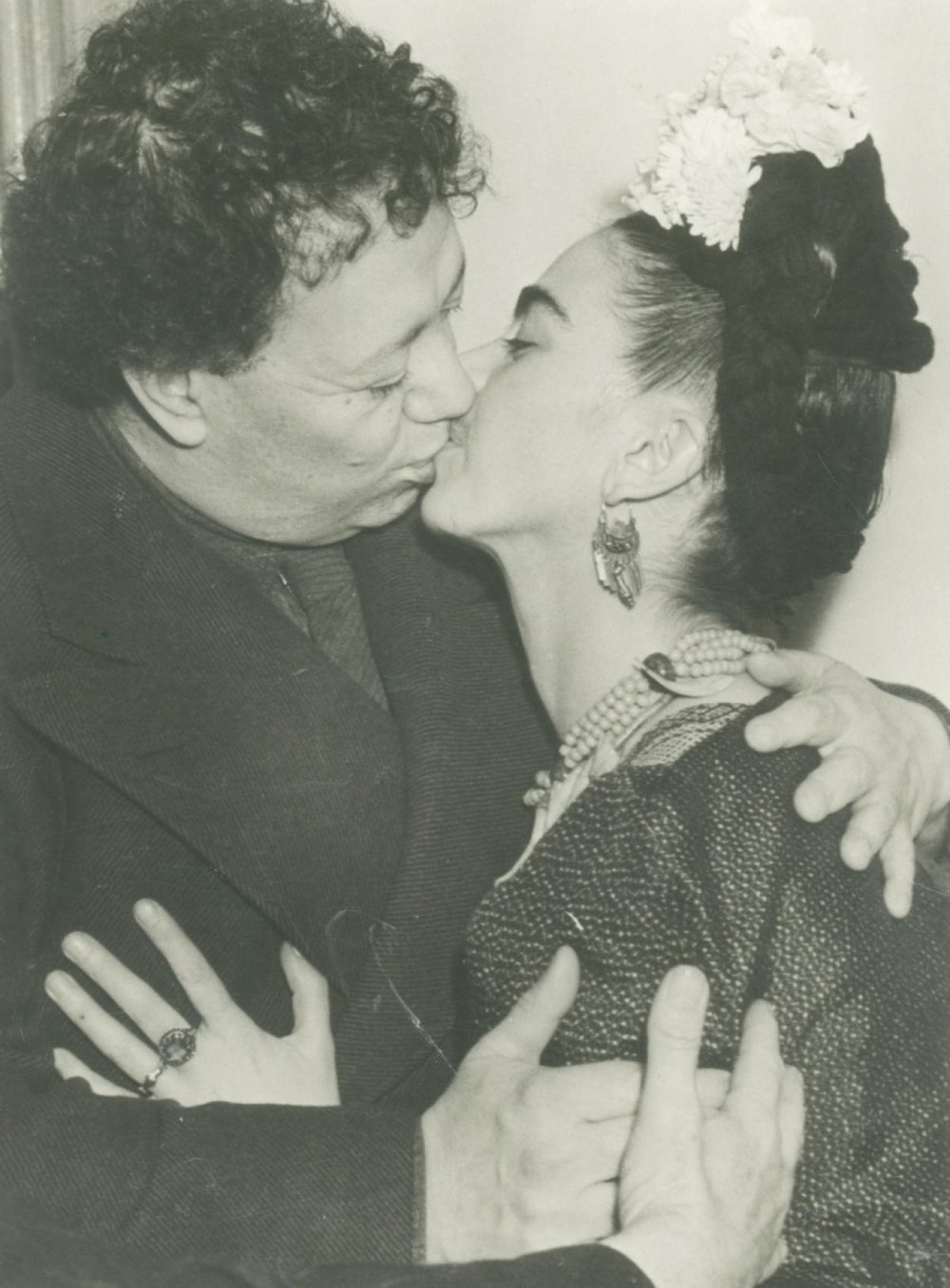 Unknown photographer, Frida and Diego kissing following their second wedding after signing their marriage certificate, San Francisco, 1940