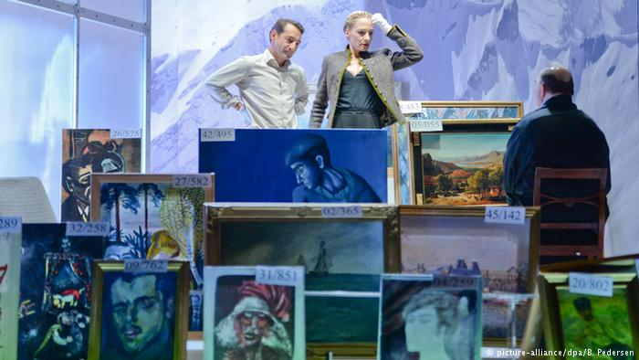 Organizers with samples of Cornelius Gurlitt's art collection, courtesy picture-alliance, B. Pederson kbd/sms (AFP, AP, dpa)