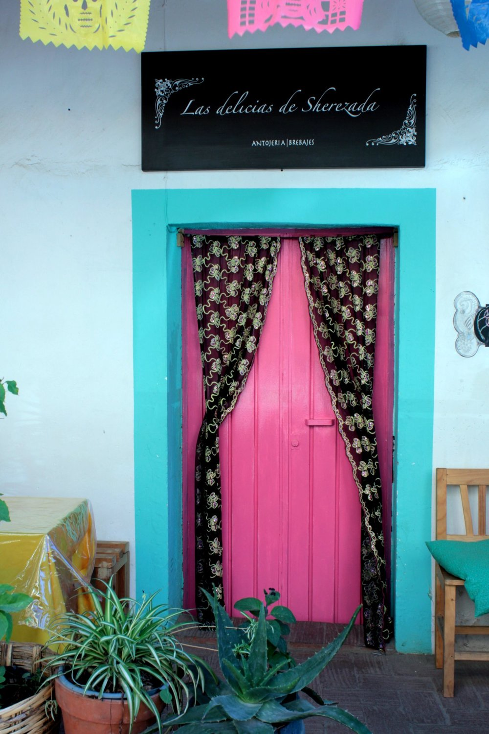 And more pink, on the door of Las delicias de Sherezad (the delights of Sheherezade) - the restaurant where we had the most delicious lunch served by the Syrian French chef.  Exquisite!