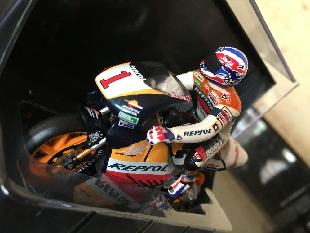 Mick Dohan Honda NSR V4  Respol Honda 1:24 Model with Rider