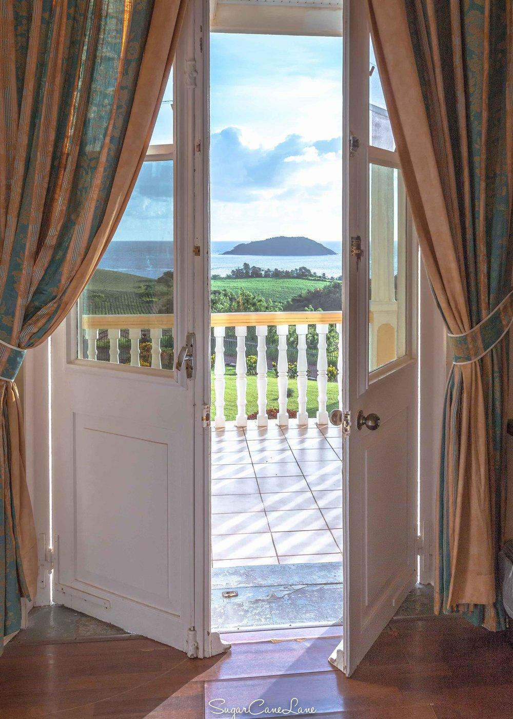 Domaine Saint-Aubin, Martinique : porte ouverte sur mer et veranda