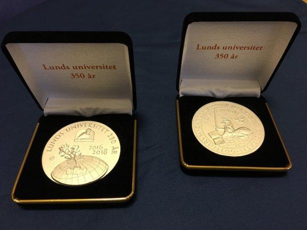 35 numrerade exemplar av Lunds Universitets 350 års jubileumsmedaljer auktioneras ut till allmänheten 11 februari.