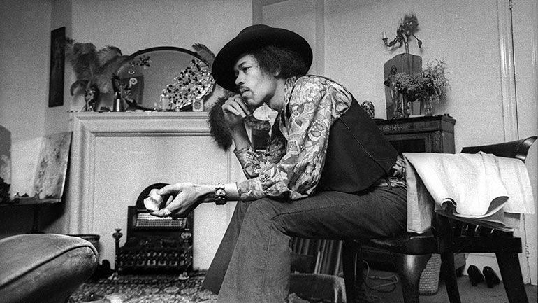Hendrix-in-his-Mayfair-flat-1969-by-Barrie-Wentzell-770.jpg