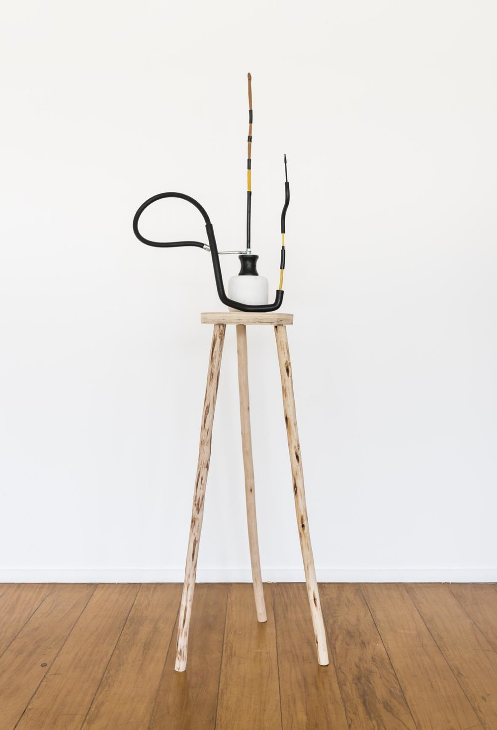 Claudio Cretti Sem título | Untitled, 2017 Mármore, madeira, borracha, metal e piteira | Marble, wood, rubber, metal and cigarette holder, 80 x 60 x 20 cm