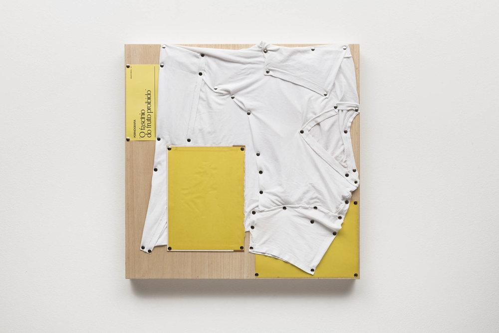Spatial Constraints #2, 2019   camiseta, páginas de livro e pinos de aço sobre madeira    plywood, t-shirts, book pages, steel pushpins   61 x 61 x 5 cm   24 x 24 x 2 in