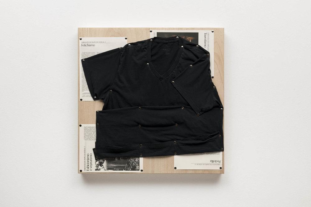 Spatial Constraints #5, 2019   camiseta, páginas de livro e pinos de aço sobre madeira    plywood, t-shirts, book pages, steel pushpins   61 x 61 x 5 cm   24 x 24 x 2 in