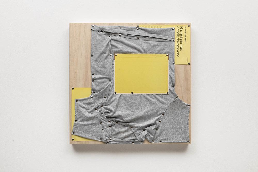 Spatial Constraints #6, 2019   camiseta, páginas de livro e pinos de aço sobre madeira    plywood, t-shirts, book pages, steel pushpins   61 x 61 x 5 cm   24 x 24 x 2 in