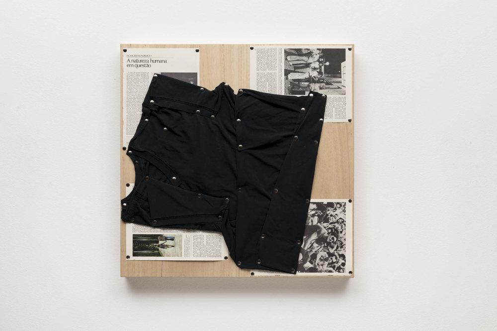 Spatial Constraints #1, 2019   camiseta, páginas de livro e pinos de aço sobre madeira    plywood, t-shirts, book pages, steel pushpins   61 x 61 x 5 cm   24 x 24 x 2 in