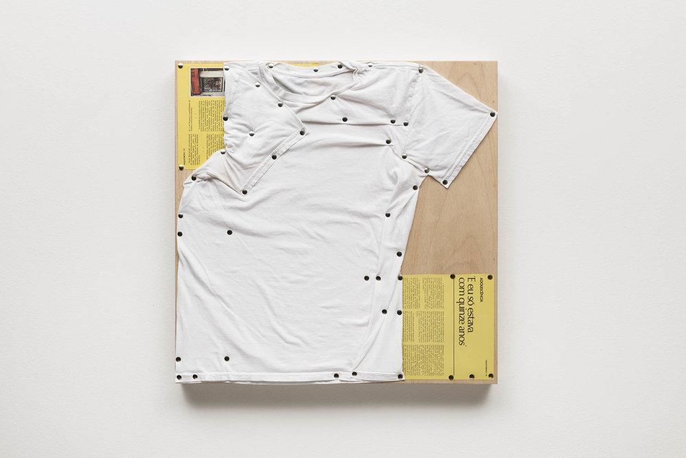 Spatial Constraints #3, 2019   camiseta, páginas de livro e pinos de aço sobre madeira    plywood, t-shirts, book pages, steel pushpins   61 x 61 x 5 cm   24 x 24 x 2 in