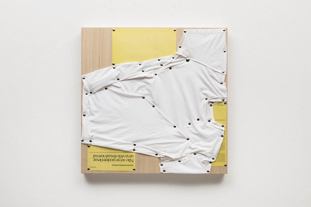 Spatial Constraints #4,, 2019   camiseta, páginas de livro e pinos de aço sobre madeira    plywood, t-shirts, book pages, steel pushpins   61 x 61 x 5 cm   24 x 24 x 2 in