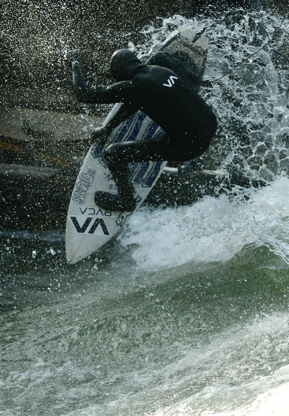 Viel höher geht das Tail nicht mehr. Manuel Kronfeldner an seinem Homespot, dem Eisbach in München. Foto: Stefan Erben