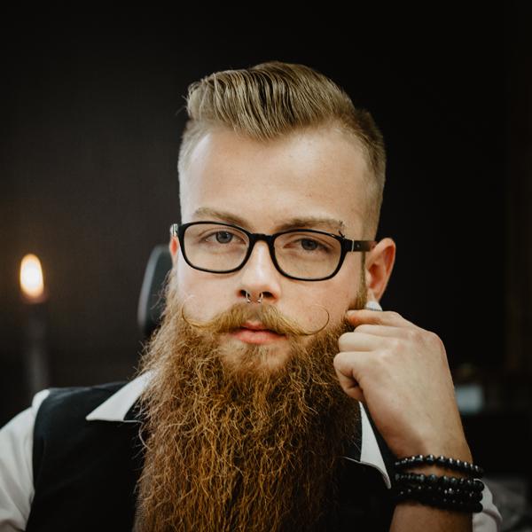 Coin Barbier - Venez découvrir notre nouveau coin barbier afin de la parfaire.Charlotte embellit votre barbe soit par la coupe, soit par une retouche ou par un rasage complet.