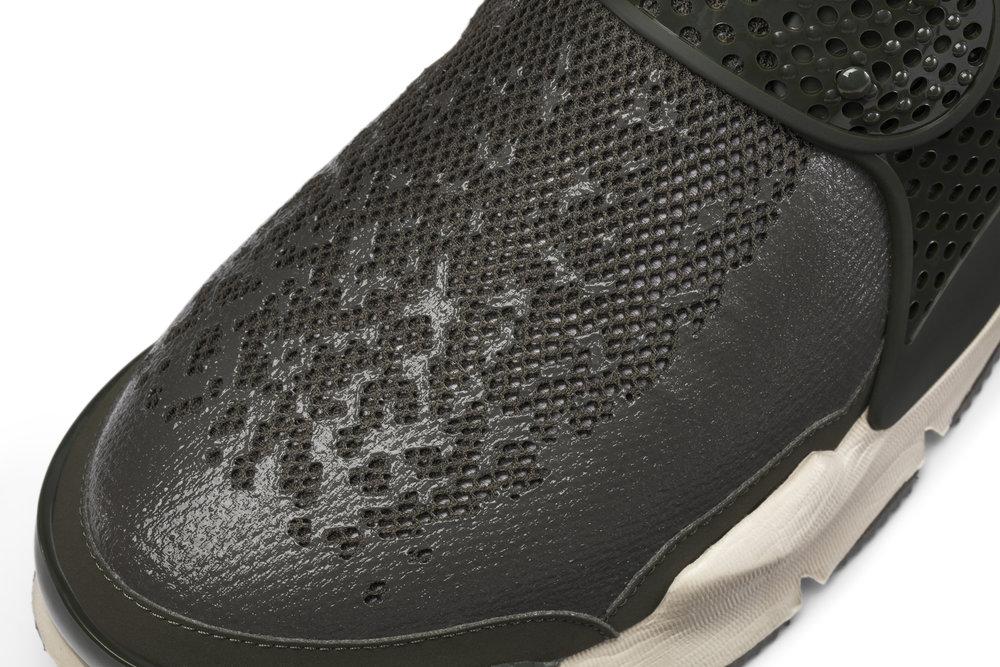 The_NikeLab_x_Stone_Island_Sock_Dart_Mid_4_65416.jpg