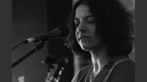 Агата Вильчик. Творчество не для всех. - Одна единственная милая девушка с гитарой, стоящая в темноте перед микрофоном, смогла погрузить в катарсис целый зал.
