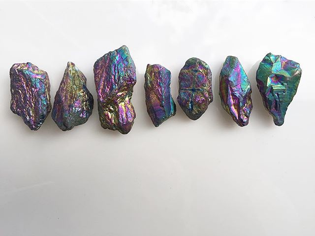 Check out the iridescent stones our design team got their hands on😍🙌🏽