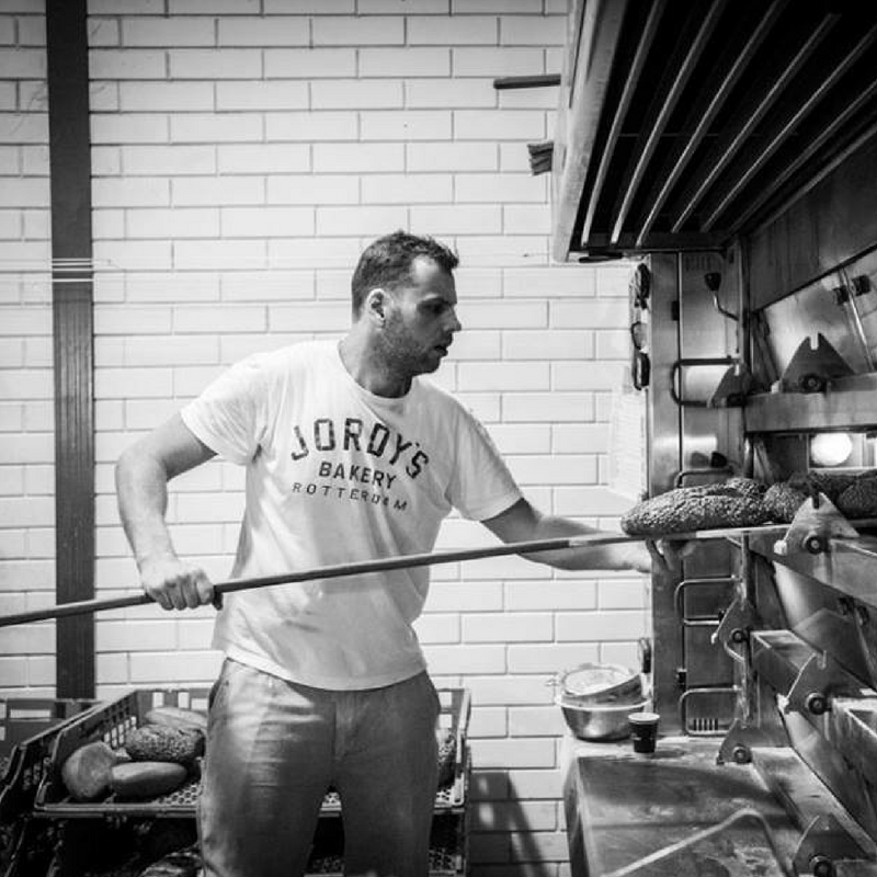JORDY'S BAKERY  Mooie en voedzame broden, ambachtelijk bereid.   Jordy zijn leven staat, als derde generatie van de bakkersfamilie Klootwijk, altijd al in het teken van brood. Traditie heeft zich inmiddels ontwikkelt tot een eigen identiteit waarin maar één thema centraal staat, smaak. Vandaar zijn keuze voor desem, Franse tarwerassen en Italiaans zout. Maar vooral aandacht, tijd en handwerk, maakt volgens deze Rotterdamse no-nonsense bakker, de boterham zoals deze bedoeld is.    www.jordysbakery.nl