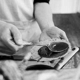 STROOP ROTTERDAM  Verse stroopwafels met een verrassende twist.   Bij STROOP worden de stroopwafels vers voor je gebakken. Maar let op! Het zijn geen gewone stroopwafels! STROOP geeft het traditionele koekje een smaakvolle twist. Wat dacht je van een stroopwafel met zeezout, citroen, lavendel of zwarte peper?    www.strooprotterdam.com