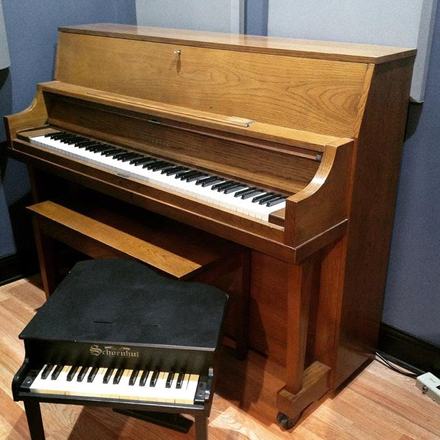 Any Piano Tuners in Chicago want to trade Studio Time for a tune on this Yamaha upright!? We'll make it worth your while! #chicagopianotuner #pianotuner #chicagorecordingstudio #yamahapiano
