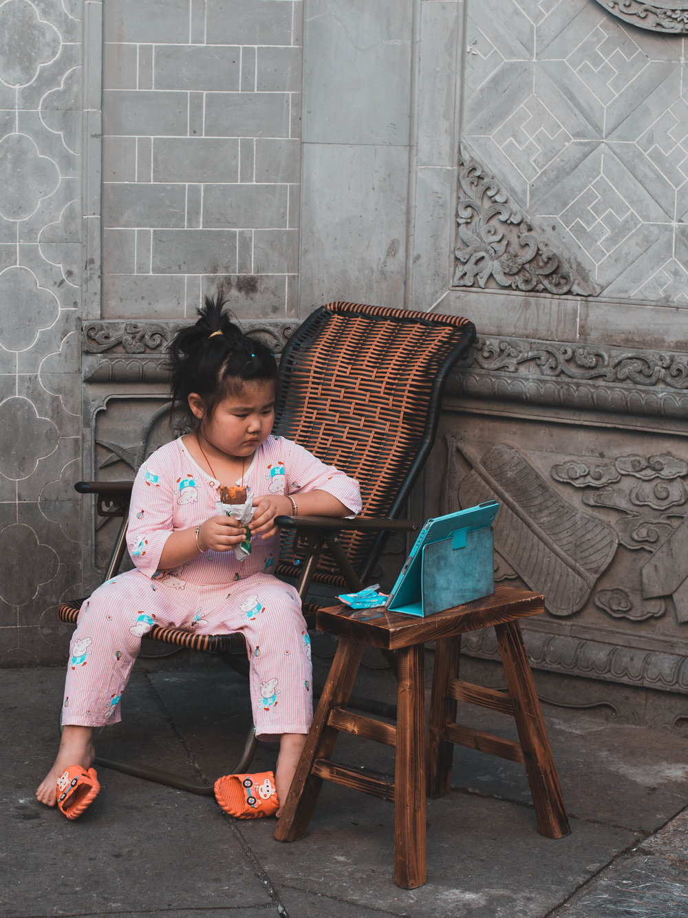 A little girl living in Nanjing's Fuzimiao district.