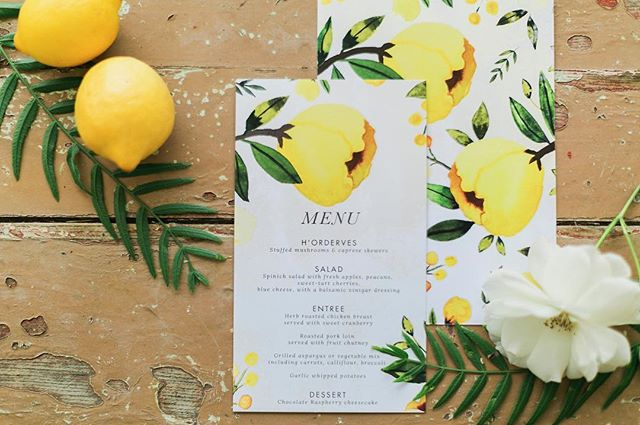These menus from @huckleberrypaper are so bright and fresh! 👌🏼🍋🌿💐. — 📷// @amber__lynn