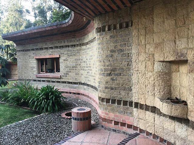 Detalle acceso Casa El Encuentro, diseño Hernando Baraya año 2000. Chia , Cumdinamarca 🇨🇴 La Casa en construida en adobe sacado del mismo terreno , ladrillo y concreto. . . #araukariaarquitectura #architecture #arquitectura #archdailyco #plataformaarquitectura #adobe #tierra #ladrillo #chia #colombia