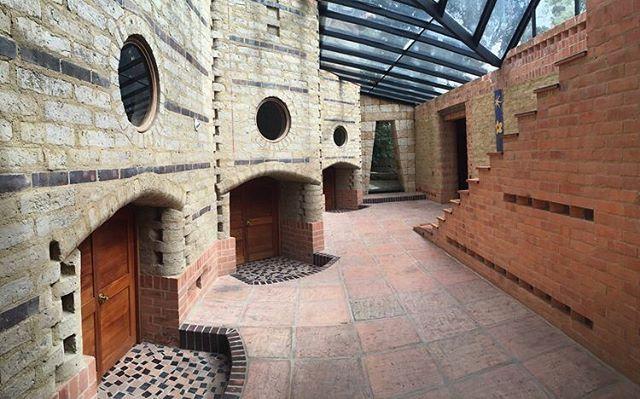 Casa El Encuentro, diseño Hernando Baraya año 2000. Hall de alcobas, las puertas de los cuartos de los niños fueron construidas a su escala, ( 1, 25 mts) adentro las habitaciones tienen una altura de 2,40 mts. 🇨🇴 La Casa fue construida en adobe sacado del mismo terreno , ladrillo y concreto. . #araukariaarquitectura #architecture #arquitectura #archdailyco #plataformaarquitectura #adobe #tierra #ladrillo #chia #colombia