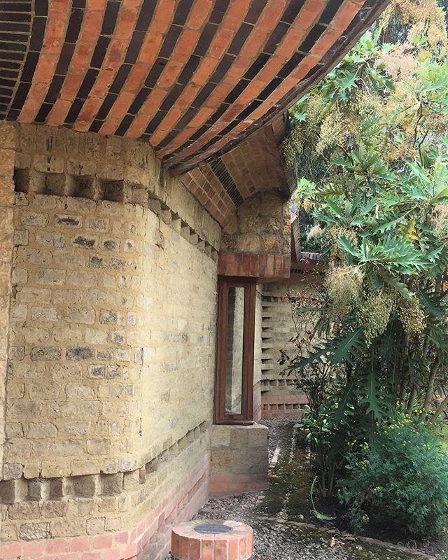 Detalle acceso Casa El Encuentro, diseño Hernando Baraya año 2000. Chía, Cumdinamarca 🇨🇴 La Casa fue construida en adobe sacado del mismo terreno , ladrillo y concreto. . #araukariaarquitectura #architecture #arquitectura #archdailyco #plataformaarquitectura #adobe #tierra #ladrillo #chia #colombia