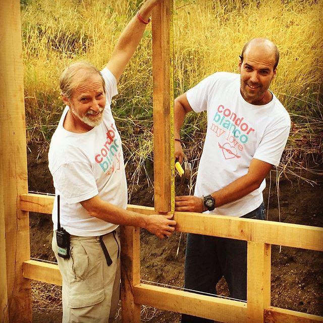 Construyendo el nuevo invernadero en La Montaña de Cóndor Blanco. . . . . #invernadero #madera #construccion #yaikincb #hortalizas #tierra #ecovida @shanaro_cb @yirkamcb #arquitectura #architecture #chile