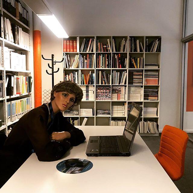 Møt Grethe (også kalt Wenche og Gunn)👩🏽💻Hun ble headhuntet fra et butikkvindu i Bogstadveien i 1997, siden har hun bidratt med mye godt humør her hos ARCHUS arkitekter 🧡