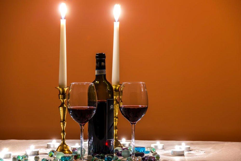 一、   情調瞬間滿分的蠟燭    浪漫燭光晚餐,絕對不可或缺的閃閃愛情元素就是~浪漫滿分的燭光!經典的長長圓柱形蠟燭、燒了多少年的好萊塢愛情喜劇片呀,在我們現實生活中羅曼蒂克的晚餐裡當然也是必備催情小物囉!也可以一起搭配高度比較矮的蠟燭,讓餐桌上的蠟燭裝飾有比較多的變化性。    那樣明滅不定的閃閃燭光,情人眼裡的你可是越看越上心呀~吃完晚餐就是吃你  ⋯⋯  欸不是!吃甜點溜(點頭奸笑)