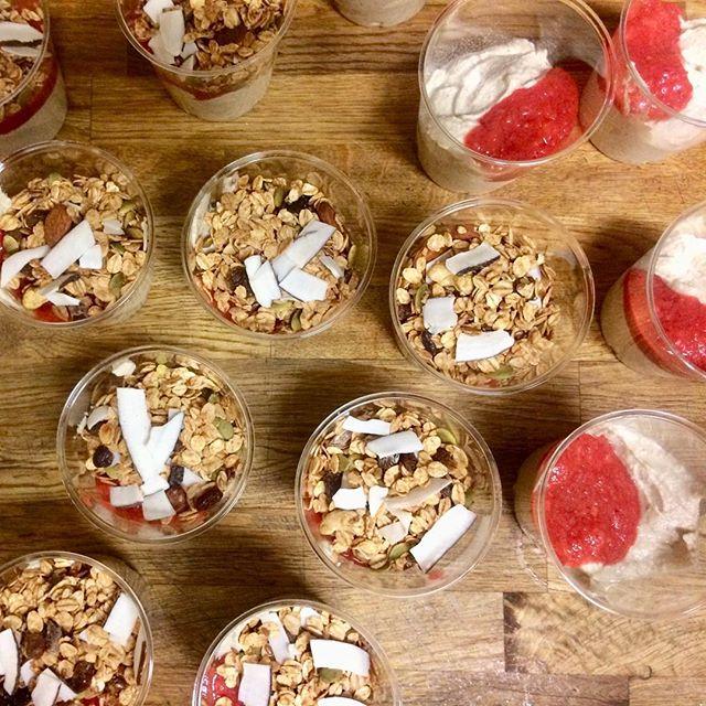 Nu är vår efterlängtade cashewyoghurt tillbaka! Toppad med vår egen bärkräm, glutenfri granola och raw kokos #cashewyogurt #veganyoghurt #rawyoghurt #mjölkfriyoghurt #gottochnyttigt
