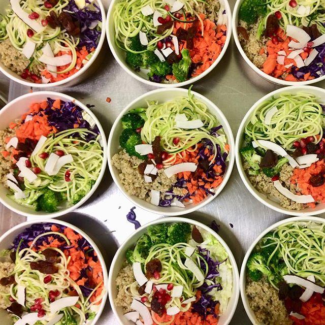 Hoppas ni alla haft en fantastisk jul och nyår! Nu är vi igång som vanligt igen. Varmt välkomna in och starta det nya året med en riktig färgboost! 🌈🌈🌈 Förutom vår Hälsosallad finns även en värmande Soppa med linser, spenat och furikakemarinerad broccoli 😋 #hälsosallad #linssoppa #lunch #ekolunch #hälsolunch #veganlunch #vegetarisklunch #happyfood #healtyfood #healtyfood