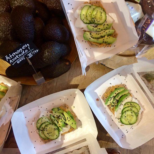 Surdegssmörgås på bovete&risbröd med hummus,  getost, avokado, gurka och svarta sesamfrön 🥑🥒