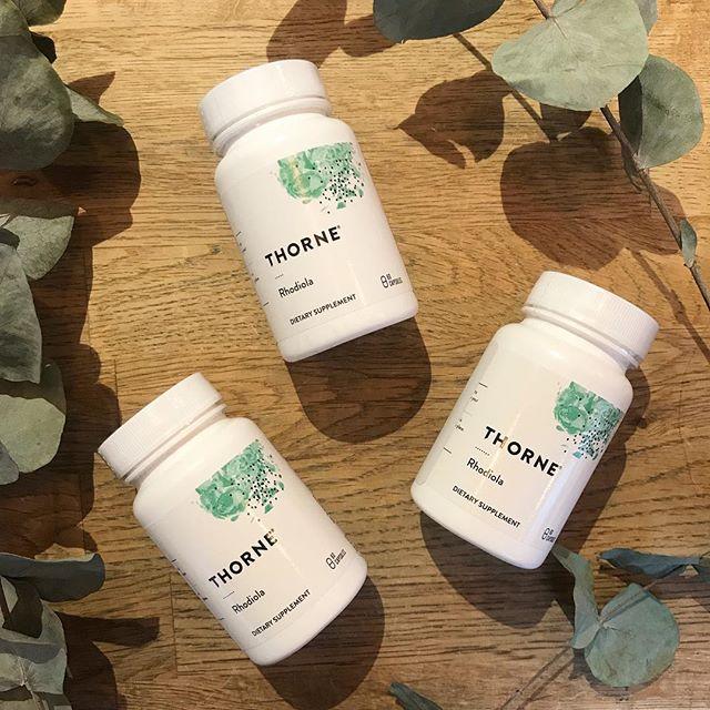 Visste du att.. Rosenrot (Rhodiola rosea) vid intag sänker nivån av stresshormonet kortisol samtidigt som den ökar det välbefinnande glädjehormonet seratonin. En helt naturlig (och laglig :P ) glädjeört!😃🤸🏼♂️ Rosenrot växer vilt i Sverige, men om du inte orkar gå på vildmarkstur så kan du komma in till oss och bekvämt handla den i piller-form.🌿 Vi har även laglig CBD olja, D3 vitamin (även vegansk!) samt härlig vegansk choklad, allt för att höja energin och välmåendet under dessa kalla & mörka dagar. Välkommen 🌲#lyckopiller #naturalremedy #pallavaratrött #ecoist #naturläkemedel #adaptogen #rosenrot #cbd