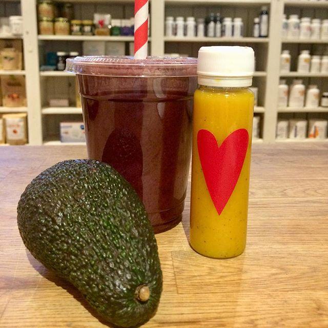 Glöm inte fylla på med näring, bra fetter och antioxidanter! Här är tre av våra favoriter, Blåbärsdröm (smoothie på mandelmjölk och blåbär), Immunshot med gurkmeja och ingefära + ekologisk avokado! 😋🌈💪💥 #näring #nutition #healthyfood  #healthy #healthybreakfast #organic #ekologiskt #antioxidanter #smoothie #gingershot #tumericshot #hälsoshot #avokado #happyfood #heslthyfood #healthydrink
