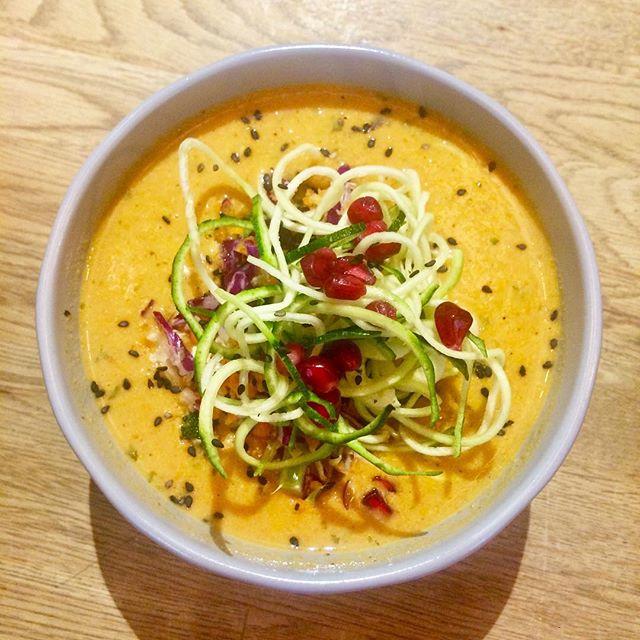 Dagens soppa är en Morotssoppa med kikärtor, ingefära och gurkmeja. Toppad med persiljequinoa, svarvad zucchini och granatäpple