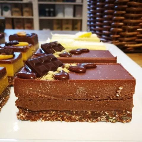 Äntligen tillbaka! Vegan Cake Lakrits & Choklad från @unbakery.se Asså den går inte av för hackor kan vi lova! För dig som inte är lika het på lakrits så har vi massa andra supergoda smaker 🤗😋 Ps. och såklart är dom fria från gluten och raffinerat socker #fika #veganfika #glutenfrifika #glutenfritt #vegan #veganlife #veganlufestyle #gofika #lakrits