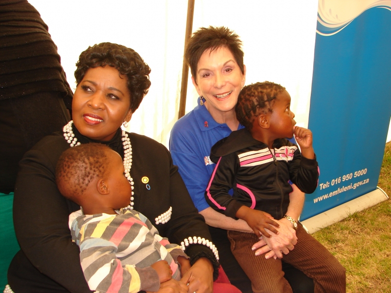 3-first-lady-madame-bongi-ngema-zuma-with-marion-bunch-andlocal-children-at-the-launch-of-the-rfhdin-zandspruit.jpg
