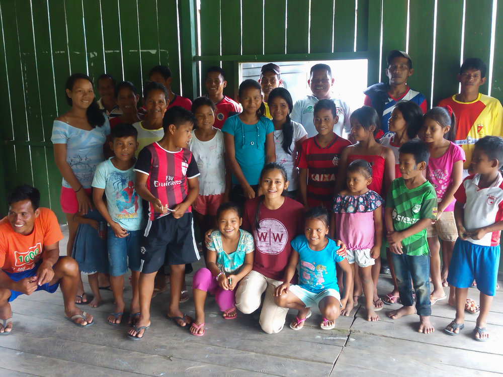 Ana María with the local children of Chineria.
