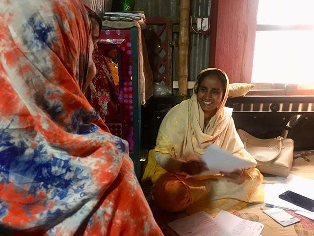 SAJIDA loan officer handing out a Shojon loan application, their digital loan product leveraging Rocket agents for disbursements and repayments. Clients love « feeling like they're transacting at a bank ». #mobilemoney #bangladesh #sajidafoundation #optixproject #ict4dev