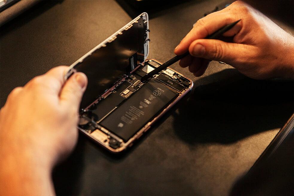 Travis Thomas fixing an iphone at the impact hub in state street santa barbara 02.jpg