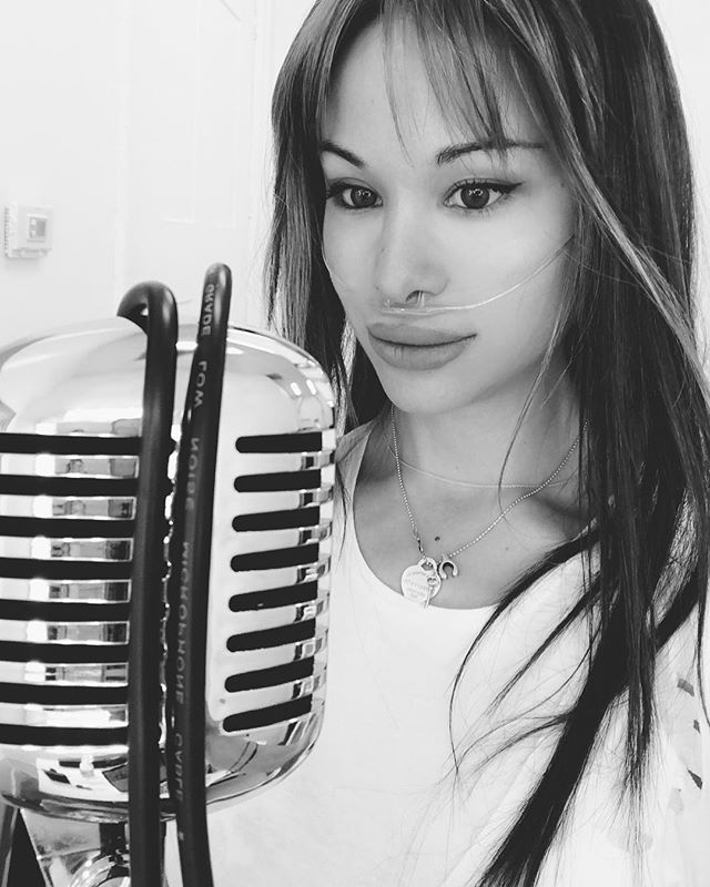 Recording and not looking serious at all 🙈 . . . . #singerlife #singer🎤 #ising #iwrite #iwritesongs #singersongwriters #losangelesartist #lamusic #lamusicscene  #cleanliving #cleaneatinglifestyle #cleaneatingdiet #pulmonaryhypertension #pulmonary #pulmonaryhypertensionawareness #rarediseases #imjustbeinghonest #onedayatatime #livinglifetothefullest #beyourbest #beyou #thisismystory #whatsyourstory #recordingstudio #microphone #fashionstyles #oxygen #breathing #cannula