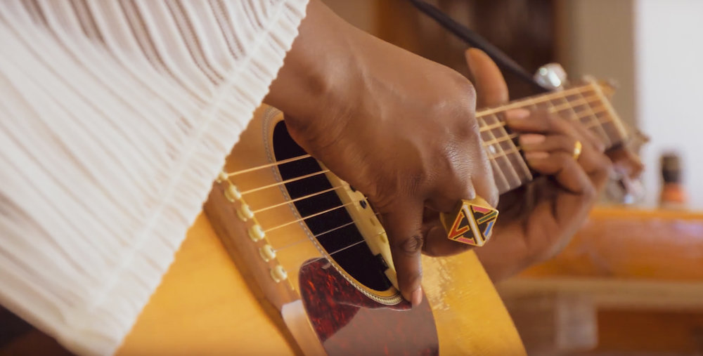 Every strum of Kamilahs' guitar fills the room with crisp, soulful sounds.