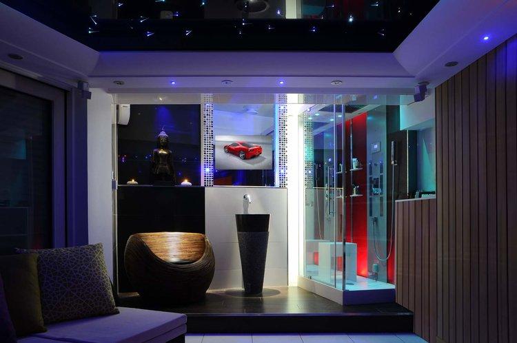 BATHROOM LUXURY MIRROR TV WORLDWIDE - Blue lights in bathroom
