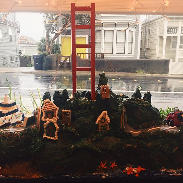 Okay, this blew me away: Decker Bullock Sotheby's Sausalito did a Sausalito landscape in Gingerbread...including the Robin Williams tunnel!!!! Seriously impressed...🙌🌲