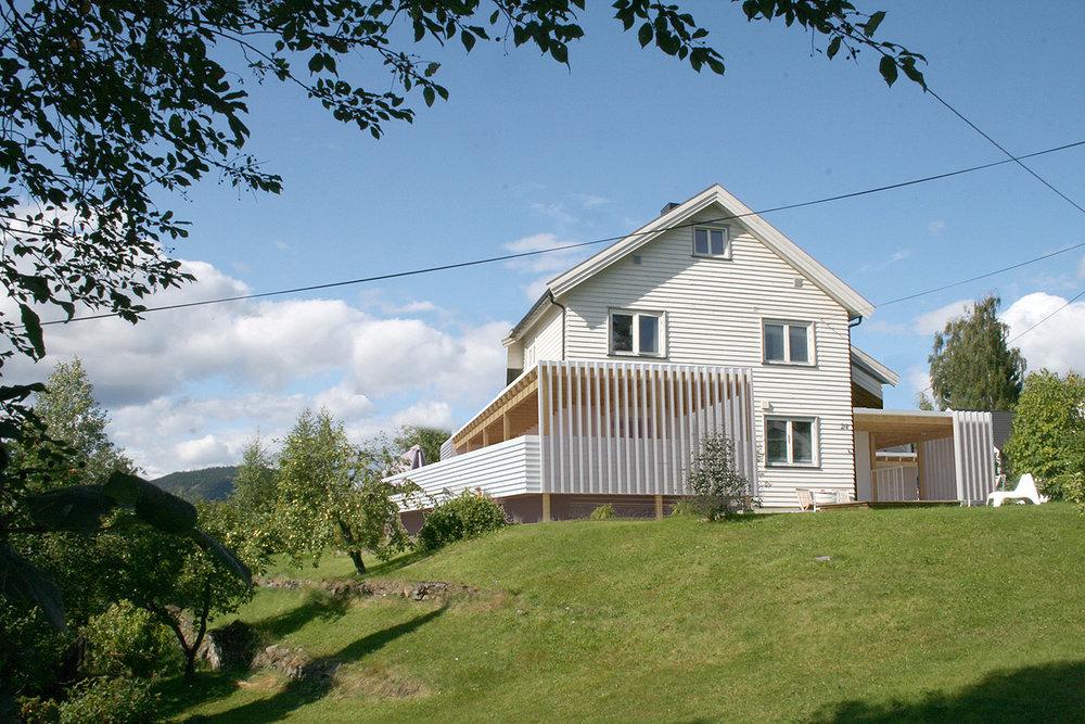 Tilbygg enebolig, Nybu, Lillehammer. Ny uteplass, inngang og garasje