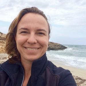 Kerstin Esser  Kerstin ist Certified Facilitator (ITW), Lehrcoach und Coach (vtw) und lebt und arbeitet seit 2011 ganzjährig auf Mallorca. In einwöchigen Workshops und Residential Coachingwochen gibt sie auf einer Finca mitten in der Natur Seminare mit The Work of Byron Katie. Je nach nach Seminarwoche kombiniert sie The Work mit Wandern, Yoga oder Detoxen.